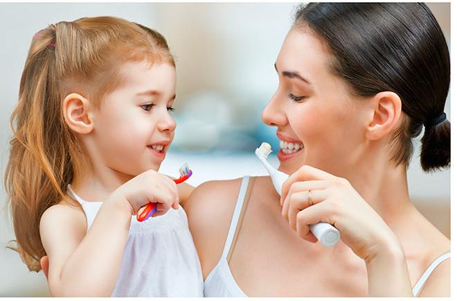 madre-hija-lavando-dientes